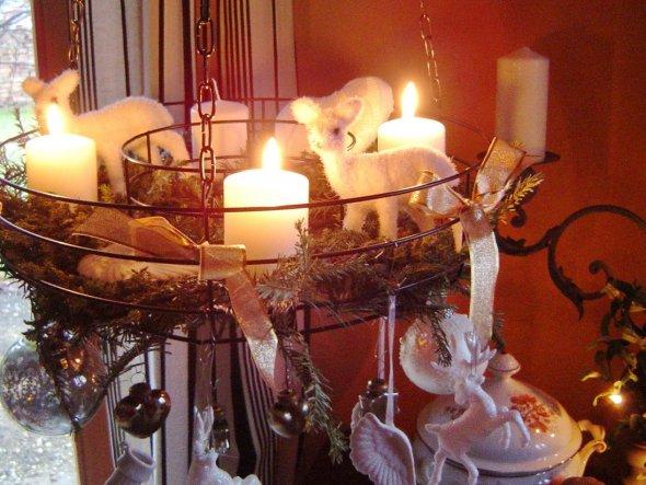 Über dem  alten kleinen (Deko-) Herd  im Esszimmer hängt unser Adventskranz in Gold und Weiß geschnückt.