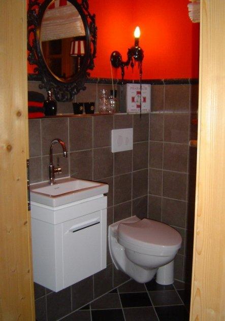 Blick ins Gäste-WC, in rot, schwarz und grau gehalten.