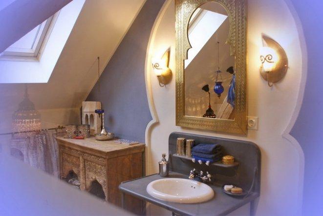 Über dem Waschbecken erstreckt sich ein orientalischer Bogen; mit Lehmputz gestaltet.