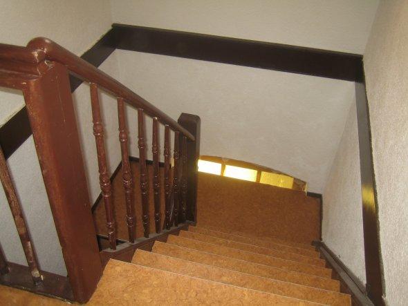 Treppenaufgang ...sieht echt langweilig aus ...die Farbe gefällt mir gar nicht !!!Wie kann ich die Stufen verschönern?? Teppich ??
