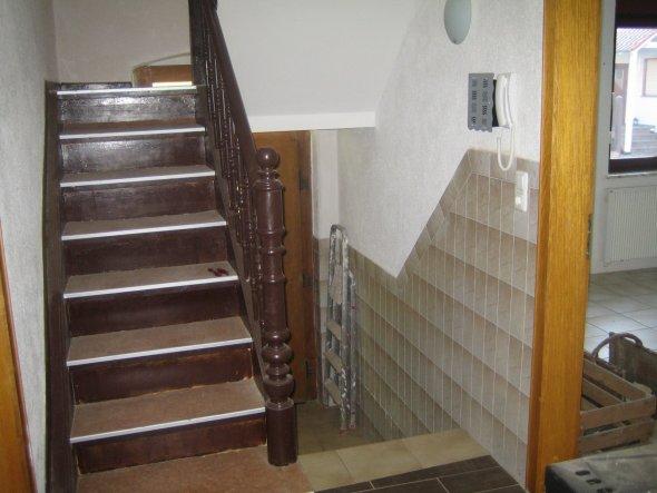 Im Hintergrund Hauseingang...Treppe nach oben ...Vom Eingang schaue ich auch noch mal auf einen Schwedenofen.. Siehe Bild 2