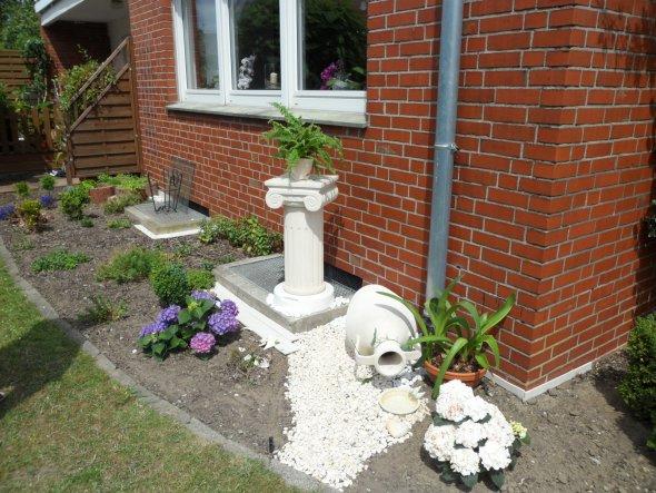 Sommerimpression im Garten - Hauseck
