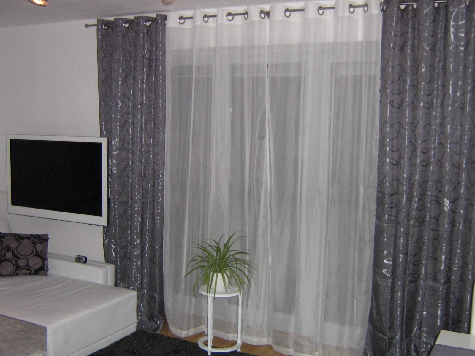 wohnzimmer 39 wohnzimmer in grau wei gr n 39 mein domizil mit neuen farben zimmerschau. Black Bedroom Furniture Sets. Home Design Ideas