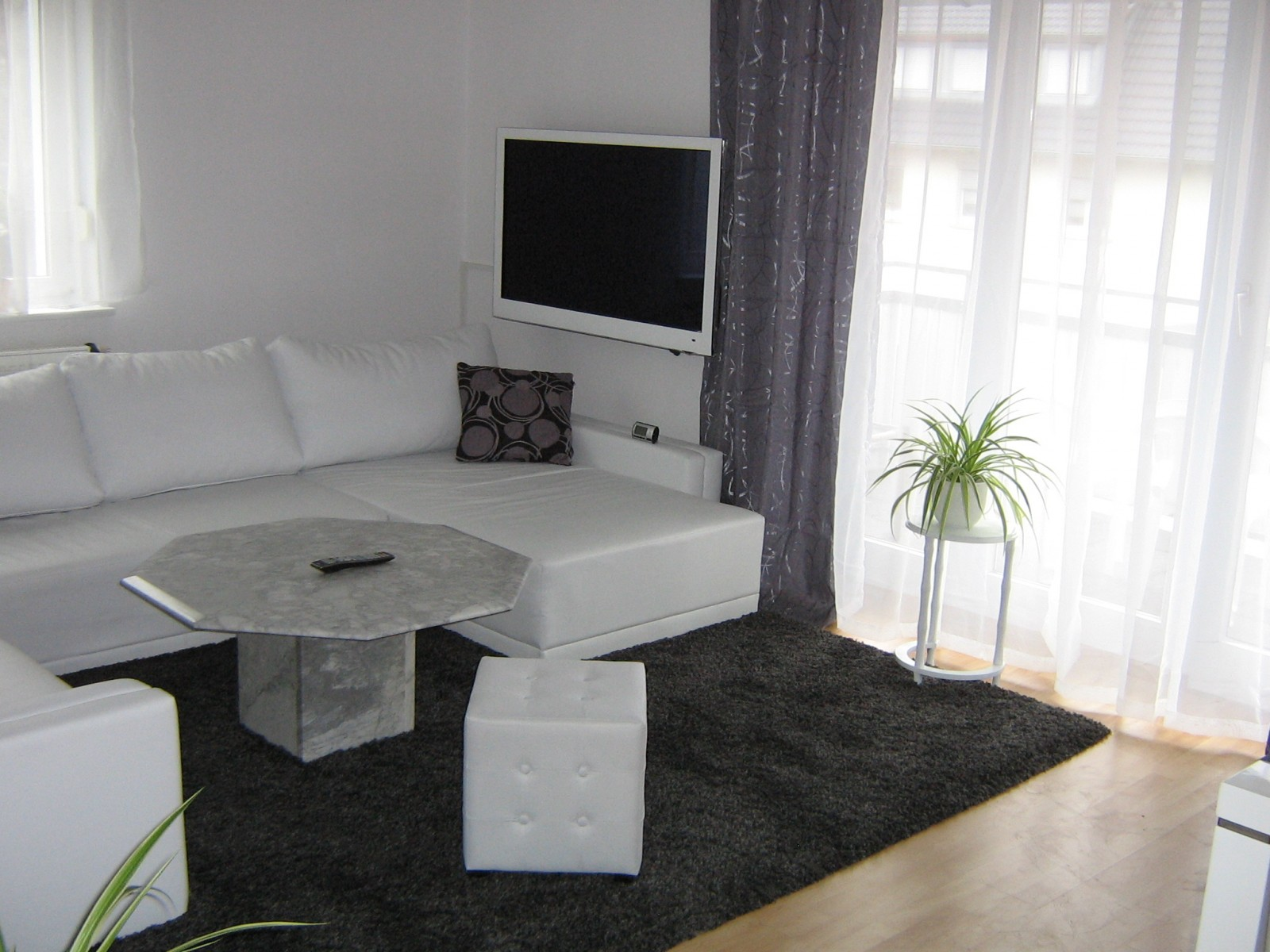 wohnzimmer 'wohnzimmer in grau weiß grÜn' - mein domizil mit neuen ... - Wohnzimmer Grau Weis