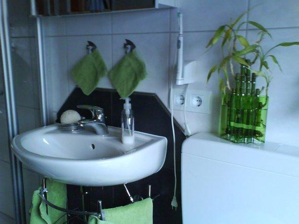 wie ihr seht,recht beengt alles, rechts vom Waschbecken befindet sich Klo und Badewanne, links davon ist die Dusche