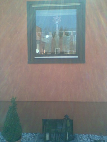 """Hier spielt der Lichteinfall einen Streich: Die Fassade ist terracotta mit feinen, helleren """"Strichen"""", der Sockel einfarbig terracotta"""
