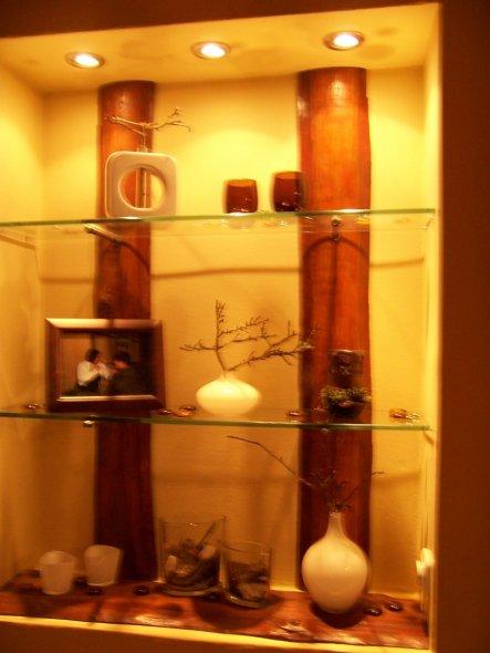 Die Fensterniesche. Mein Mann hat sie als Dekoecke umfunktioniert. Hat Lichtspots eingebaut mit Holz verkleidet und mit Glasregalböden v