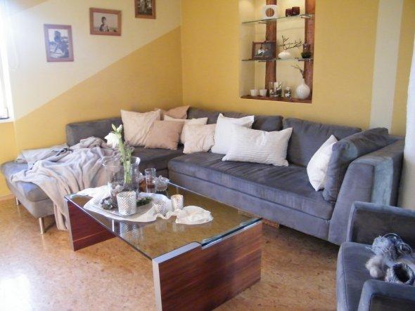 Sofa im Winter. Mit viel Kissen in den passenden Farben. Farben weiß, grün, silber, grau, braun.