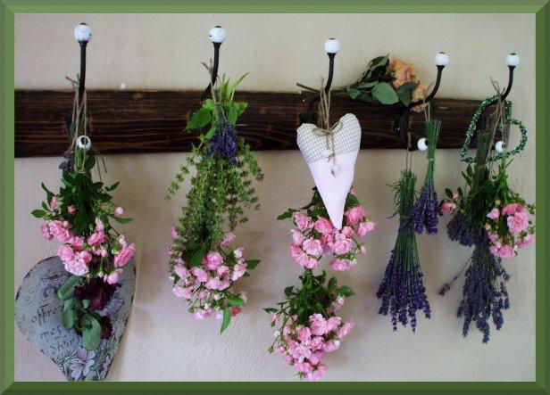 hier hängen..rosen,lavendel und co..zum trocknen