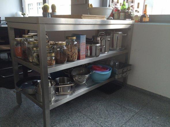 Diesen Arbeitstisch aus Edelstahl hab ich von einem Versand für Profi-Küchen. Er schafft mir viel Arbeitsfläche und viiieel Stauraum für Töpfe und Pfa