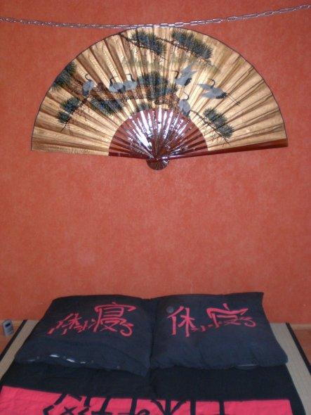 Schlafzimmer 39 japanisch schlafen 39 refugium zimmerschau for Bett japanisch