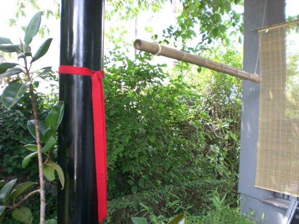 """Eine """"Bambusschaukel"""" über den mit Bambus bepflanzten Kübeln."""
