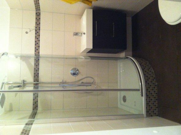Das ist das neue Bad. Mittlerweile ist noch ein kleiner Schrank und ein Spiegelschrank drin. Ich mache die Woche mal ein neues Foto.