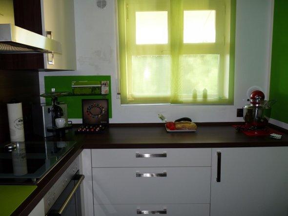 Der Blick aus der Richtung, wo der Kühlschrank steht. Die Gardinen sind von IKEA und ich finde, sie passen sehr gut! (Auch wenn sie auf dem Bil
