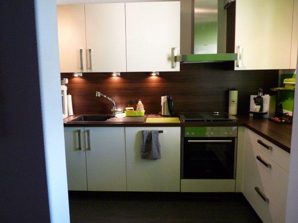 Die neue Küche mit Blick von der Tür aus.  Die Küche war leer als ich die Wohnung gekauft habe und ich hab mir eine Küche planen lassen.