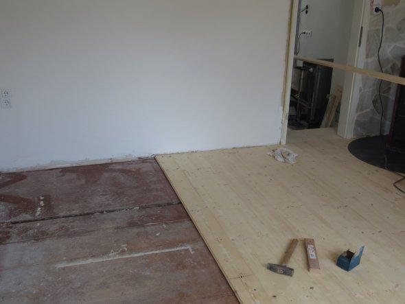 Im Wohnbereich (leider) neue Dielen. Alte Dielen wurden komplett neu vernagelt. Neue Dielen wurden auf alte aufgebracht.