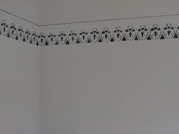 die Bordüre wurde von der alten Wand abgenommen und wieder neu aufgebracht.