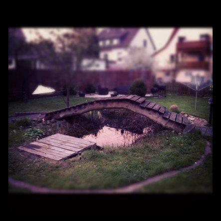 """Unser Gartenteich mit einer Brücke, sowie einem kleinem Steg zum """"Füße-baumlen-lassen"""""""