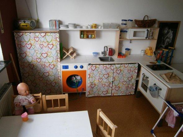 Hier kann mit viel Platz gekocht werden :-) Basis ist die aktuelle IKEA-Kinder-Küche.