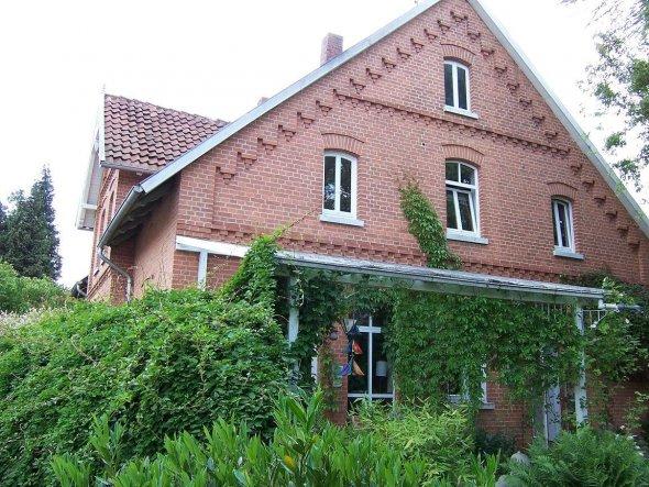 Ein Backsteinhaus mit Rundbogenfenstern aus dem Jahre 1909...