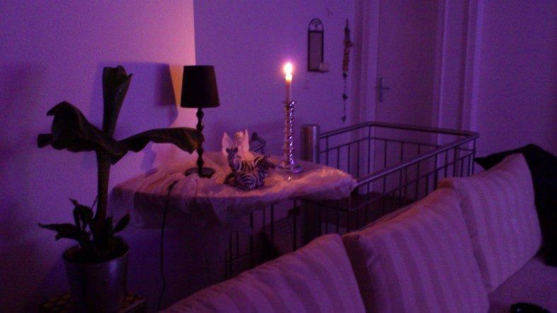 Blick auf Couch, dahinter die Treppe. Als Raumteiler zur Treppe wollen wir evtl. 2 Faden- oder Perlenvorhänge befestigen. Alles noch sehr kahl...