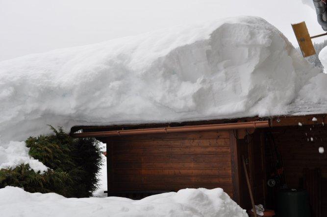 Schneemassen... wir hatten wirklich zu tun, unsere Dächer davon zu befreien...