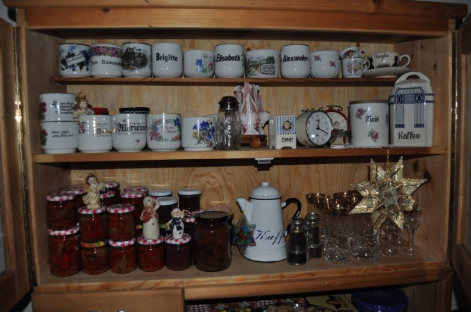 Meine Sammlung... aufbewahrt in einer alten Zirbenkredenz... Gebrauchsgeschirr kann man da nicht reingeben, das nimmt den Geruch des Holzes an...