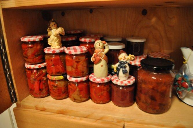 Im Sommer hab ich jede Menge Marmelade und 12 kg Paprika eingekocht und jetzt werden sie von den Schneemännern und dem Engerl bewacht... bis Weihnacht