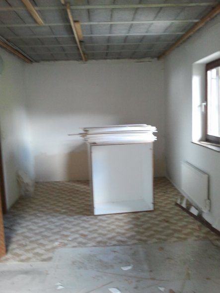 Jetzt ist der Schrank zwischen den beiden Räumen weg, hier entsteht eine Trockenbauwand. Wir wollen ungestörte Nächte...