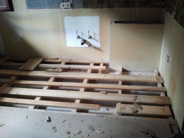 Ich frag mich immer noch, wozu man dieses Podest ursprünglich gebaut hat... hier stand die Küche drauf...