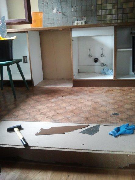 Die Küche musste raus! Erst beim Abbauen haben wir das Ausmaß dieser Katastrophe wirklich gesehen...