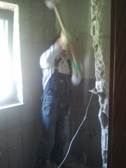 Das Bad musste komplett raus! Eine Mauer, die es in sich hatte... leider hatten wir kein schweres Gerät, aber mein Liebster hat sich wirklich angestre