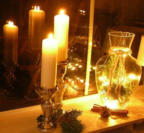 Weihnachtliche Beleuchtung auf der Fensterbank.