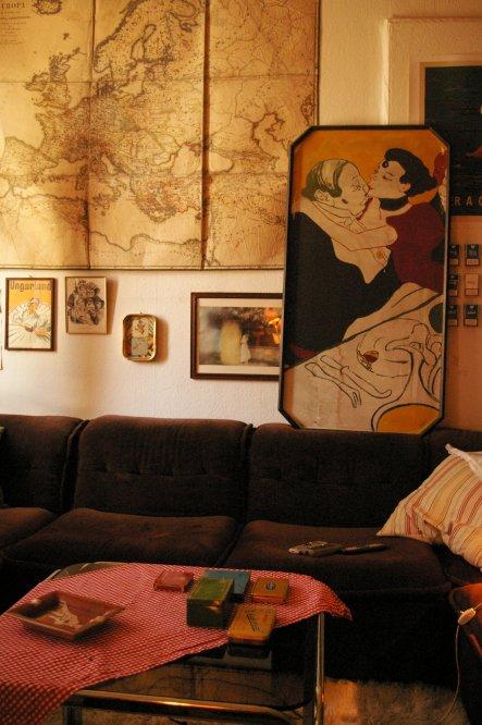 unsere couch mit karte und kaffeehaus-aufsteller