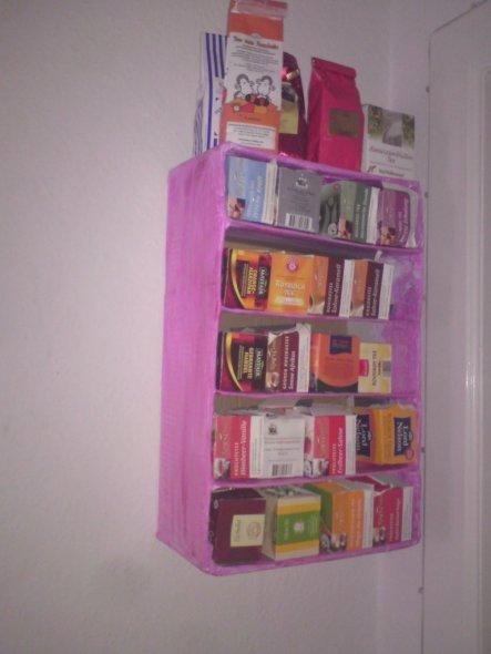 selbstgebasteltes Teeregal aus Karton; herkömmliche Teepackungen können reingeschoben und rausgezogen werden