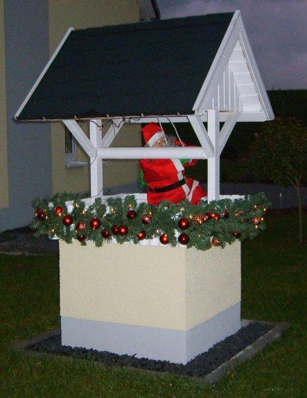 Brunnen weihnachtlich dekoriert