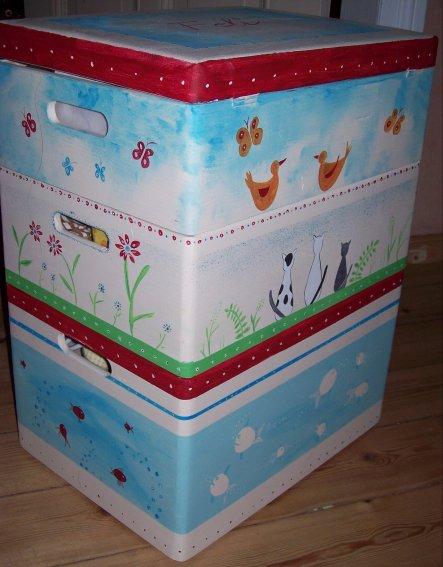 Stapelkisten aus dem Baumarkt, als Platzsparende Spielzeugkisten. jede Kiste hat ein eigenes Thema : Wasser, Erde, Luft. in der Mitte sind unsere Katz