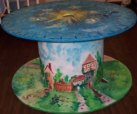 oben ist das Universum gemalt(eine kleine Enterprise fliegt durch) unten rundherum ein Dorf - der Tisch wird zum Glück dankbar benutzt