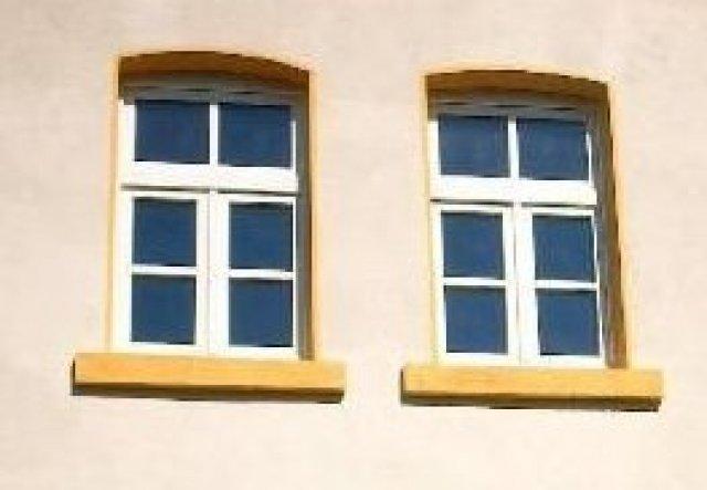Die Fenster musste alle erneuert werden. Nach sorgfältiger Überlegung haben wir uns für diese 2-flügeligen Fenster mit klappbarem Oberlicht, glastrenn