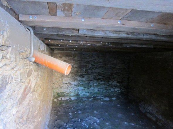 Das Abwasserkanalrohr ist bereits vorbereitet für den Hausanschluß an die Kanalisation. In der Aussenwand des Bruchsteinsockels eingelassen ist ebenfa