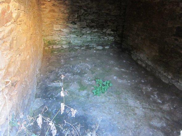 ...der Boden wurde bereits für die Bodenplatte ausgeschachtet. In Zukunft wird der Kellerraum Platz für Kartoffeln, Fahrräder und andere Dinge bieten.