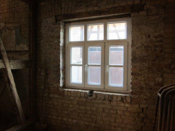 Fenster mit glastrennender (Wiener) Sprosse, Wärmeschutzglas und 3-Kammer Profil, davon eins aussenbelüftet (Taupunkt). Die Fensterflügel sind komplet