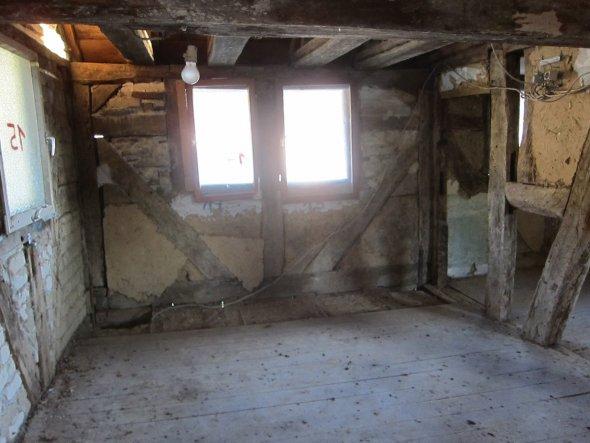 Großer Schlafraum rechts im  1 . Stock. Die Decke musste für die Aufrichtung des Gebäudes entfernt werden . Von diesem Raum ist jetzt der Blick auf de