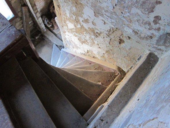 Stiege vom Erdgeschoss in den 1.Stock. Wenn die Stiege vom 1.Stock zum Giebelzimmer verlegt wird, wird hier eine größere Treppe eingebaut - Platz dafü