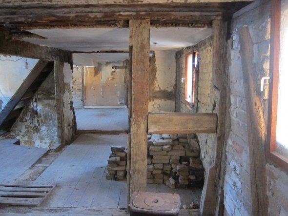Dieser Raum zwischen den zwei Schlafzimmern soll das Bad werden. Die links im Hintergrund zu sehende Stiege für den Aufgang zum Giebelzimmer wird entf