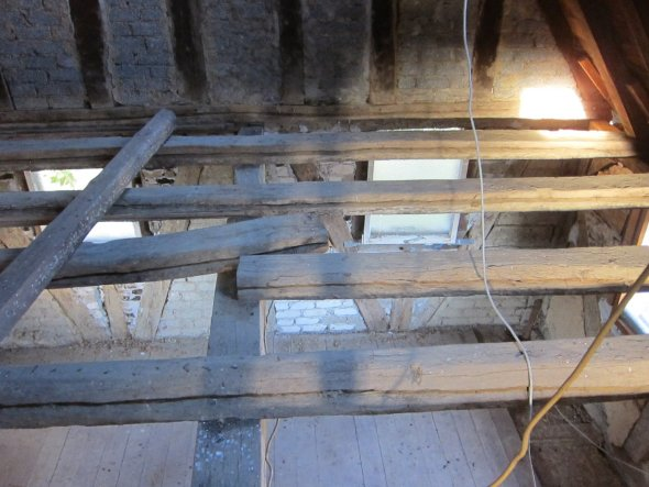 Die Decke soll nicht wierder geschlossen werden sondern mit einem mittig angeordneten Gang mit Ballustrade und Treppenaufgang ausgebaut werden.