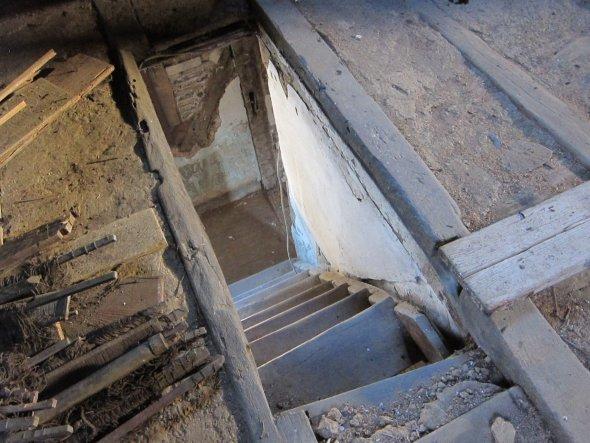 Die Stiege vom 1.Stock wird entfernt, der Boden wird verschlossen.