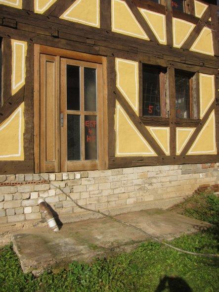 Für den Treppenaufgang wurde ein Fundament im rechten Winkel zum Gebäude erstellt. Das Auflager der Treppenstufen aus roten Sandstein wird mit einer k
