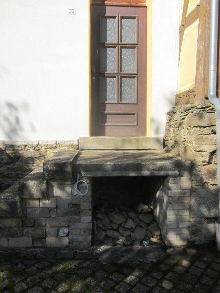 Der Treppenaufgang musste neu fundamentiert und aufgemauert werden. Die alten Stufen haben wir wieder verwertet. Der kleine Überbau eignet sich sehr g