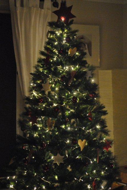 unsere Weihnachtsbaum mit selbst genähtem,,Schmuck,,:)